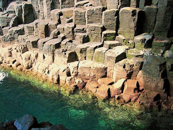 Спектакуларните пештери и карпи на островот Стафа