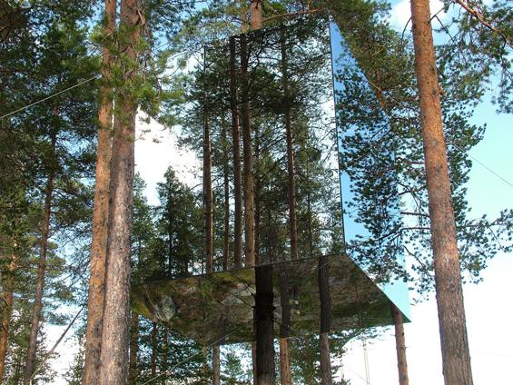 Хотел од огледала на дрво