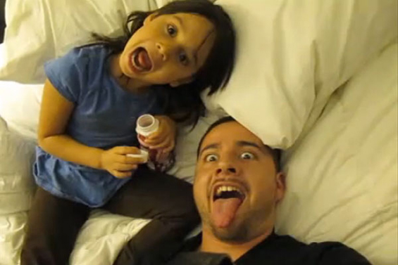 Преслатко 6-годишно девојче пее во дует со својот татко