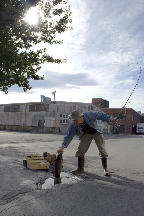 Невообичаена примена на уличните дупки