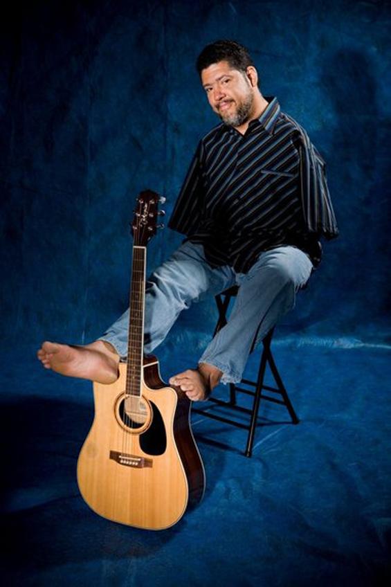 Нема раце, па свири гитара со прстите од стапалата
