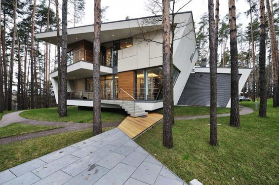 Модерен руски дом сместен помеѓу дрвја