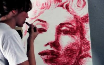 Црта портрети со нејзините усни!?