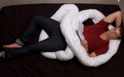 Флексибилна перница која ви прави друштво за спиење