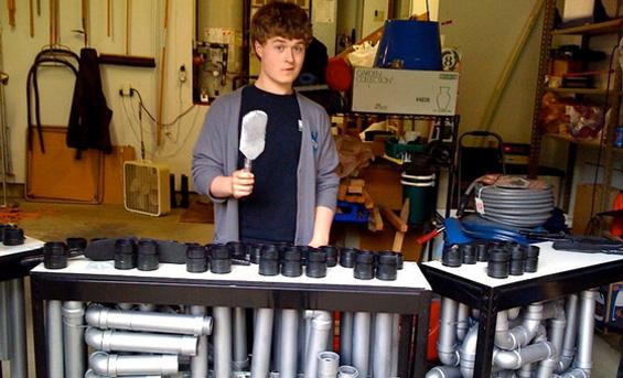 Талент кој свири на инструмент направен од ПВЦ цевки