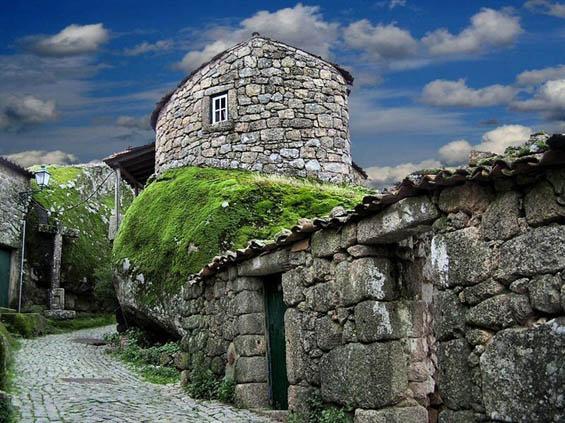 Неодоливо португалско село изградено помеѓу карпи