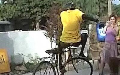 Фристајл трикови со велосипедот на прадедо му