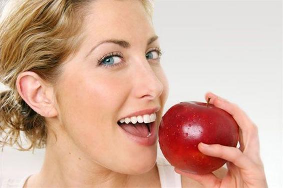 Јаболкото е поштетно за забите, отколку газираните пијалаци