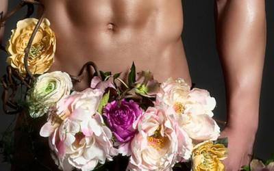 Голи мускулести момци, покриени со цвеќиња