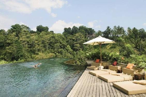 Прекрасен бесконечен базен на две нивоа