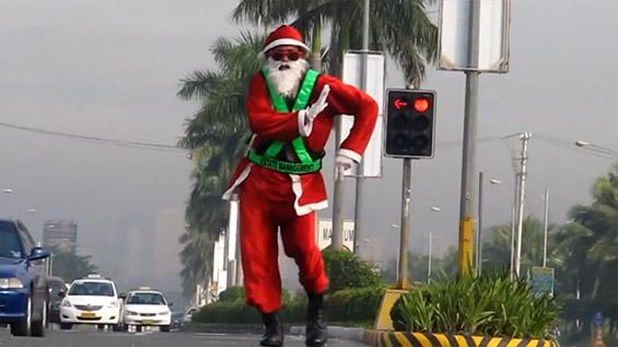 Дедо Мраз го регулира сообраќајот во ритамот на Мајкл Џексон