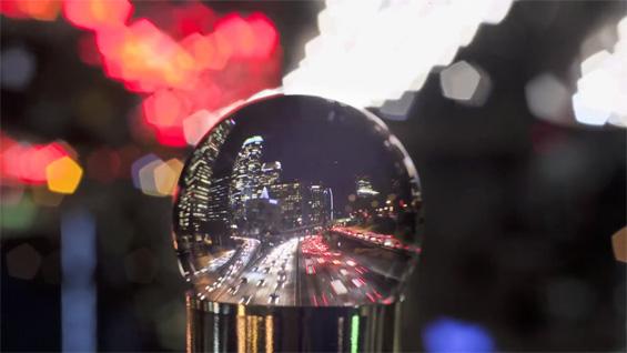 Лос Анџелес погледнат низ сијалица полна со вода