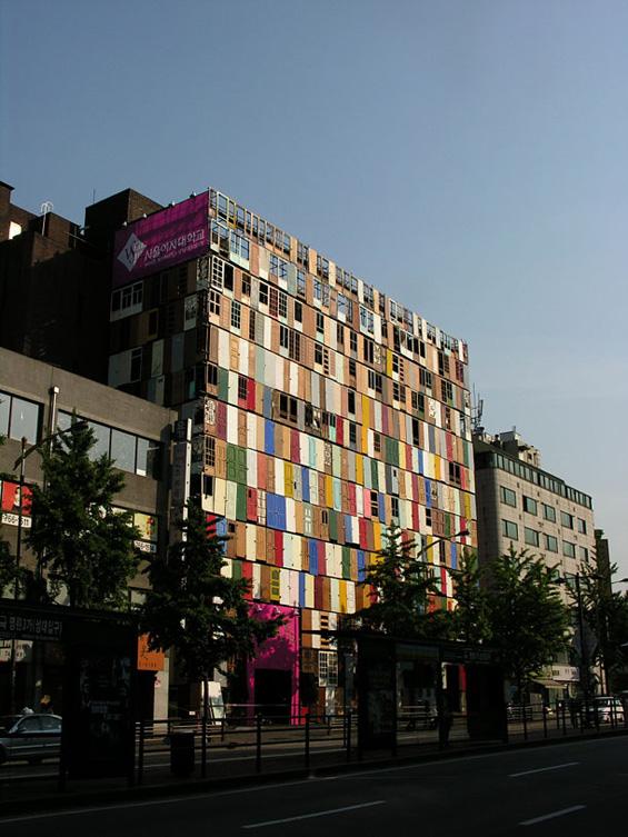 Зграда со фасада од 1000 врати