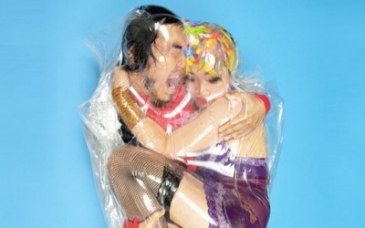 Фотограф кој замотува луѓе во пластични кеси