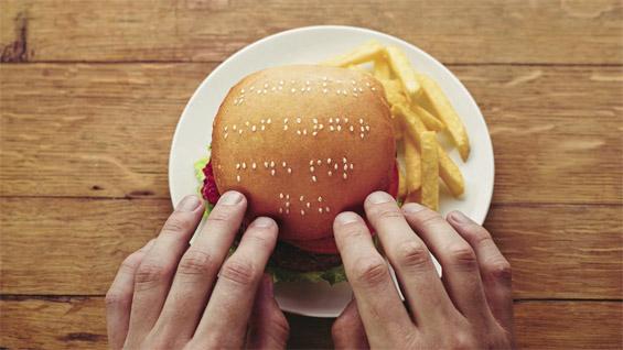 Пораки со Браева азбука од сусам испишани на хамбургери