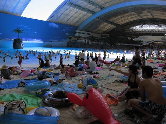 Најголемата затворена плажа во светот