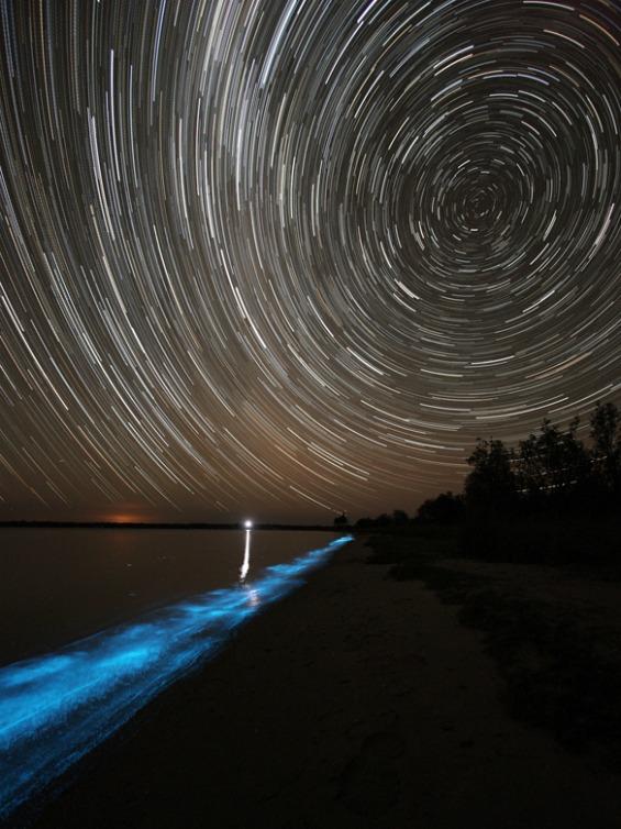 Волшебен природно осветлен блескаво-син брег