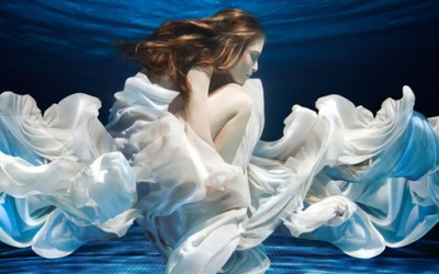 Фотографии од модели под вода кои одземаат здив
