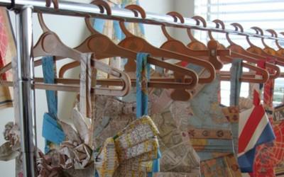 Фустани направени од мапи за патување