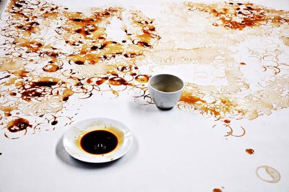 Слика со дно од шолја извалкана во кафе