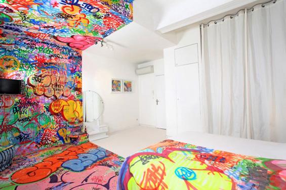 Хотелска соба декорирана со графити