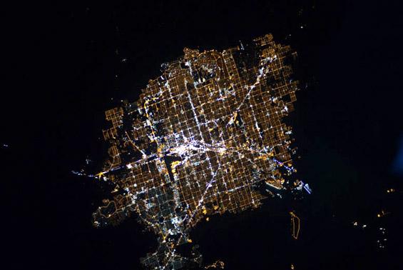 Вселенски поглед врз земјата длабоко во ноќта