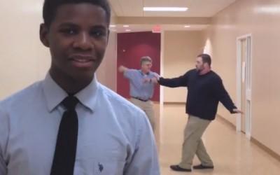 Професори танцуваат позади ученици