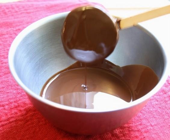 Смрзнати киви на стапче, обложени со чоколадо