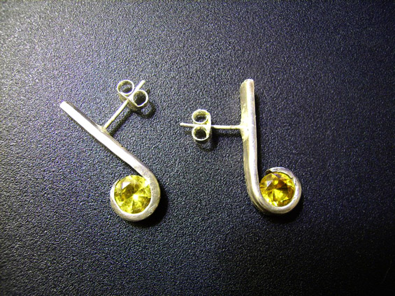 Уникатен накит изработен од стари сребрени виљушки