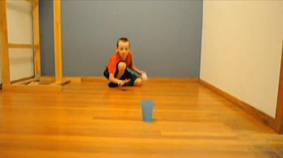 Деветгодишно момче прави неверојатни трикови со пинг понг топче