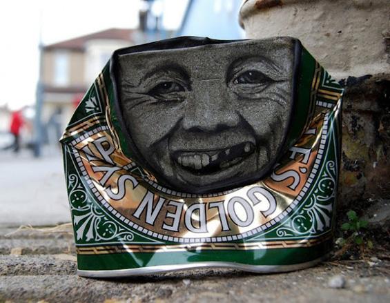 Артист црта фацички на празни лименки најдени на улица