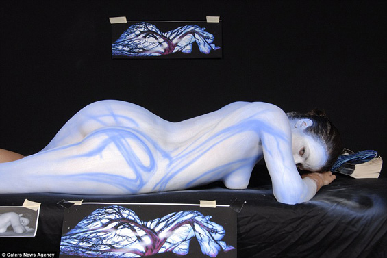 Сликар црта на голи женски тела. Блазе си му!
