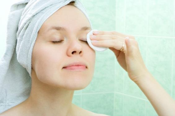 Како да направите домашен тоник за чистење шминка?