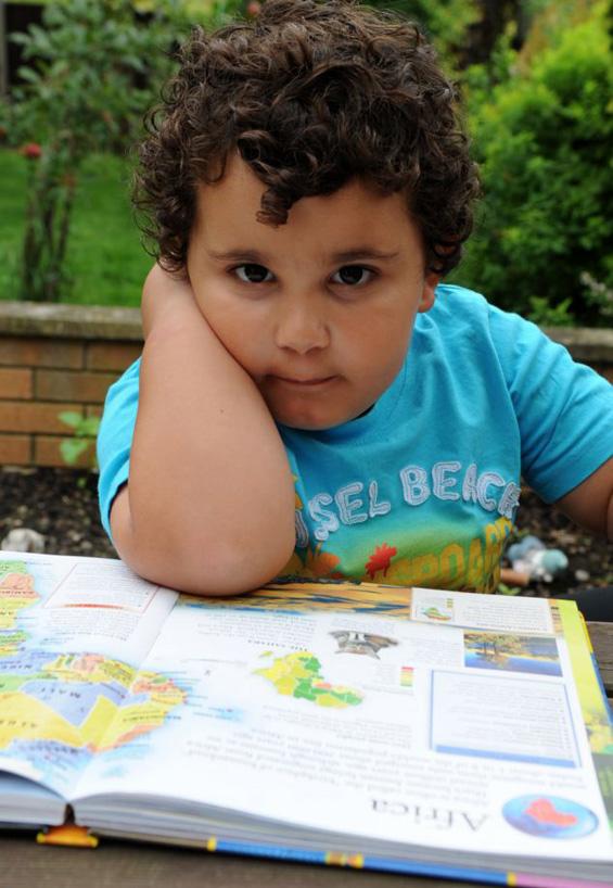 Неверојатно: двегодишно момче ги знае сите држави во светот