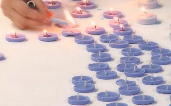 """Артистка ја """"наслика"""" страсната Адел со разгорени свеќи"""