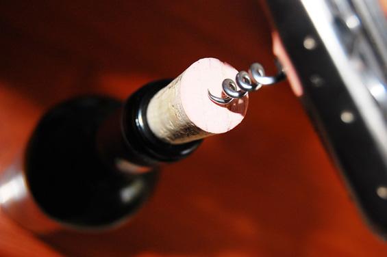 Како да отворите вино со тапа доколку немате отворач?
