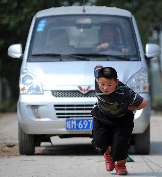 Седумгодишно дете влече автомобил без мака