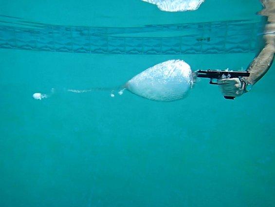 Што ќе се случи ако пукате со пиштол под вода?