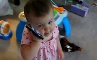 Слатко бебенце зборува на телефон како возрасна жена