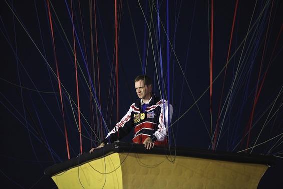 Авантурист се вивна во небото сосе куќа која лета на балони