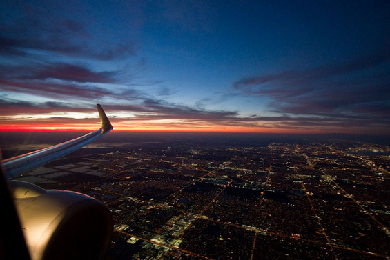 Адреналински поглед низ авионскиот прозорец