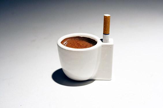 Чаша за кафе и цигари
