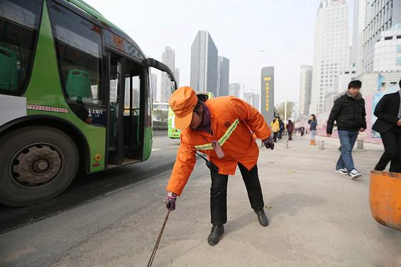 Кинеска милионерка чисти улици за да им даде пример на децата