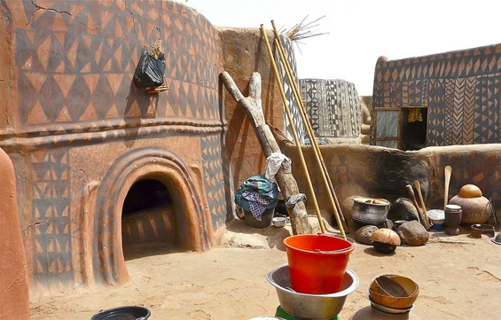 Совршено декорирани куќички од кал во најсиромашното село во светот