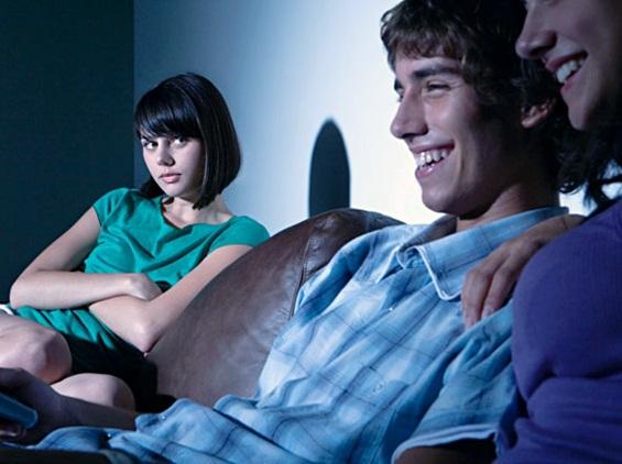 10 знаци дека пријателите ви ја уништуваат врската