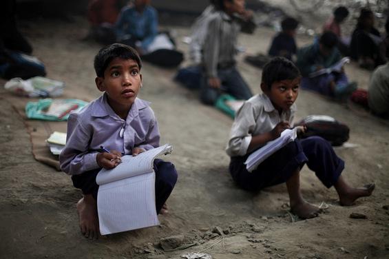 Учител-херој од Индија обезбедува бесплатно образование за сиромашните деца