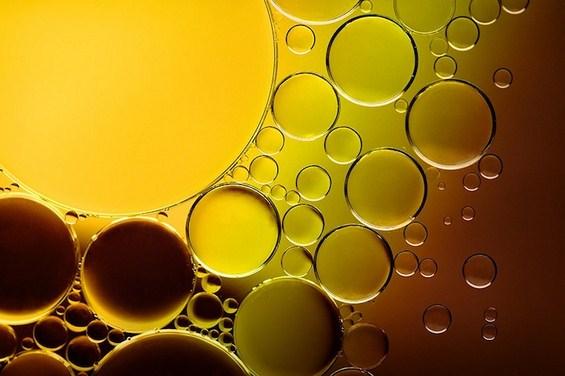 Колоритна уметност од капки масло погледнати под микроскоп