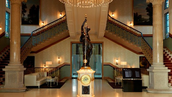 Стар швајцарски замок претворен во луксузен хотел