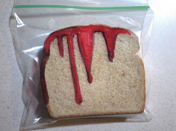 Татко црта забавни цртежи на кесињата за сендвичите на синовите