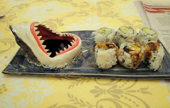 (1) Соочете се со стравот од ајкула - заедно вечерајте суши :)
